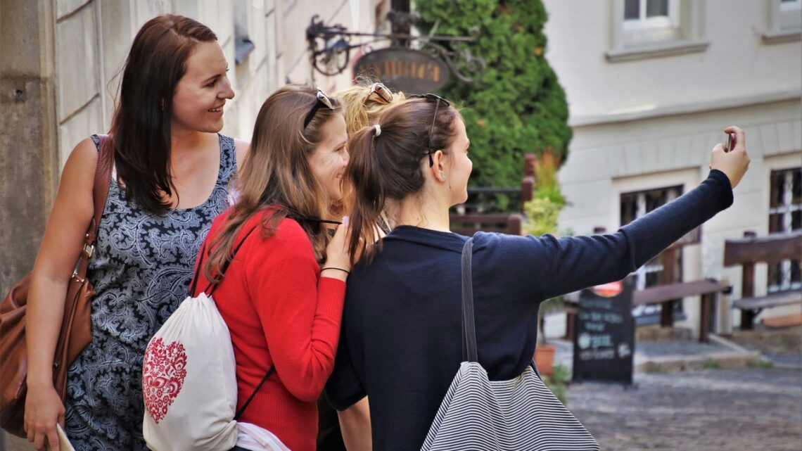 Selfie: chi sono i sensation seeker e quali rischi corrono gli adolescenti
